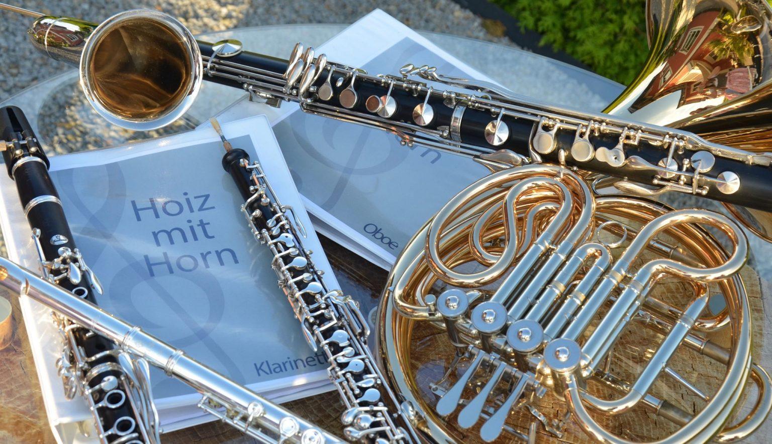 Hoiz mit Horn Instrumente